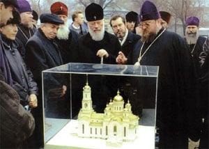 Блаженнейший Митрополит Владимир во время визита в Донецк знакомится с ходом строительных работ