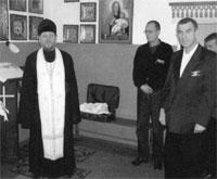 Протоирей Геннадий Жирнов проводит беседу с осужденными в специально оборудованной молитвенной комнате