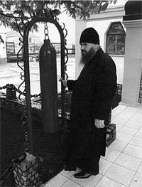 Благочинный Волновахского округа митрофорный протоиерей Геннадий Акользин у входа в храм