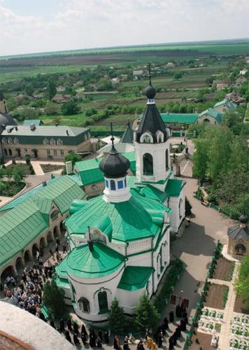 Свято-Васильевский каменный храм с шатровой колокольней над входом